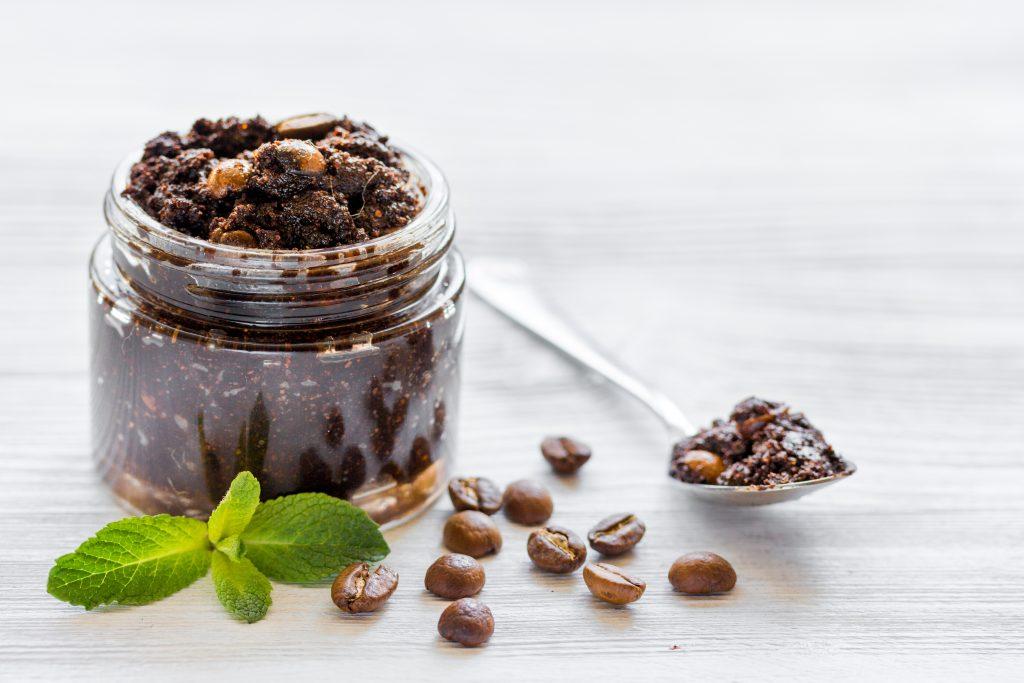 Kaffee-Peelings können Cellulite vorbeugen